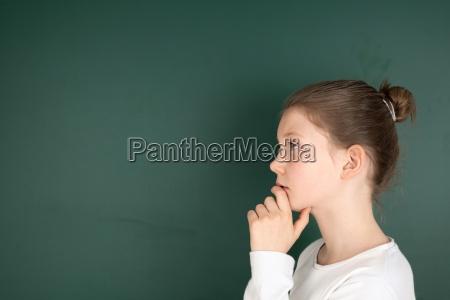 uczennica na tablica myslac