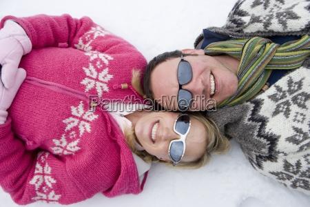 usmiechnieta para w sniegu razem r