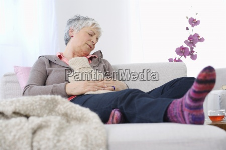 starszy kobieta odpoczywa w domu z