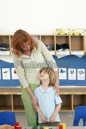 boy 4 6 i nauczyciel stoi