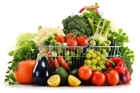 koszyk z wyborem surowych ekologicznych warzyw