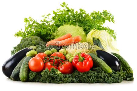 rozne surowe warzywa organiczne na bialym