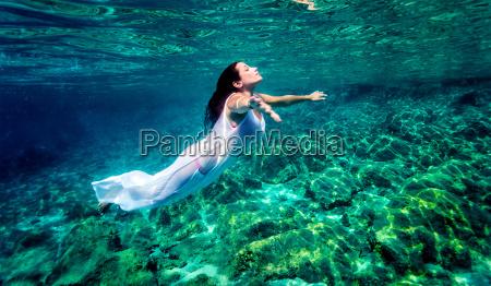 piekna kobieta relaks w wodzie