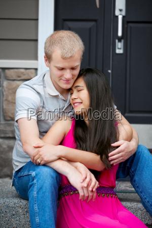 mloda szczesliwa para siedzi razem na
