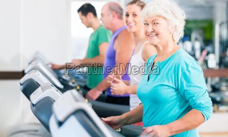 grupa z seniorami w treadmill fitness