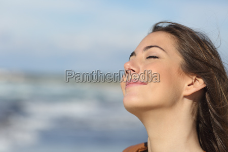 zblizenie kobieta oddychania swiezym powietrzem na