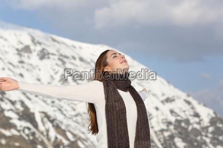 kobieta oddychanie swiezego powietrza podnoszenie ramion