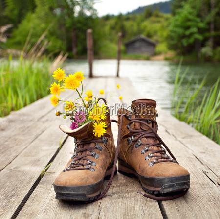 buty trekkingowe na gorskim jeziorze