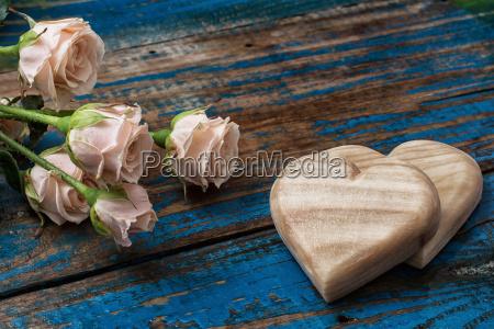 recznie wykonane drewniane serca i roze