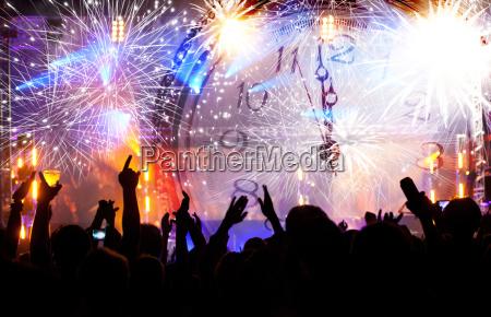 tlum czeka na nowy rok