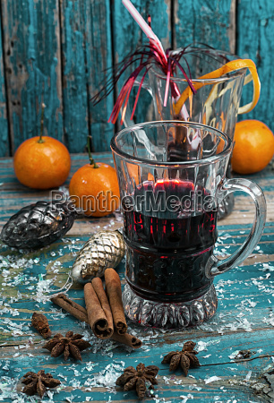 kieliszek grzanego wina z przyprawami w