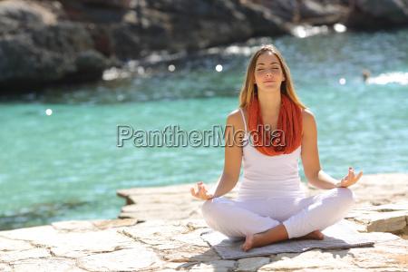 obnizone dziewczyna robi cwiczenia jogi w