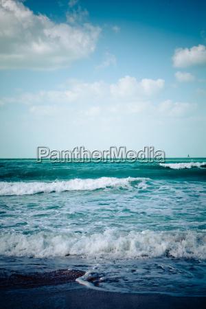 pusta plaza morze