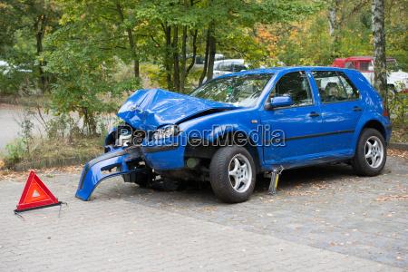 niebieski samochod automobil gefaehrt pkw vehikel