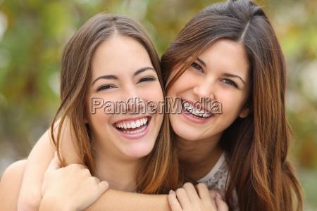 dwie kobiety smieja sie z doskonalych