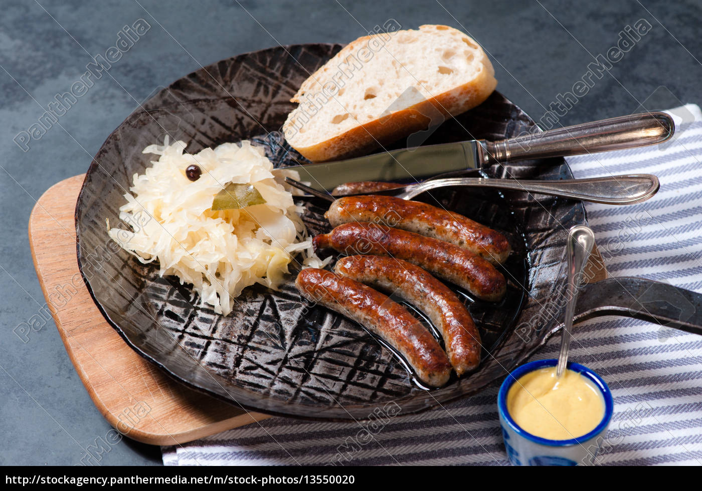rostbratwürste, mit, sauerkraut, in, einer, pfanne - 13550020