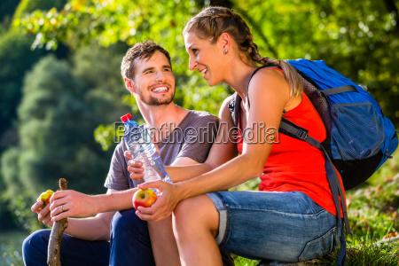para pieszej w napojach letnie wody