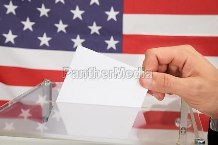 osoba casting a ballot w przod