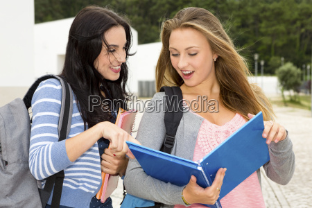 dwie piekne nastoletnich uczniow