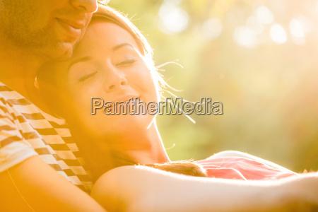 mloda para w milosci przytulanie