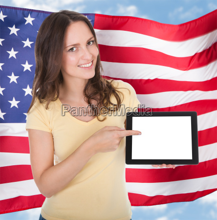 usmiechnieta kobieta trzyma tablet cyfrowy