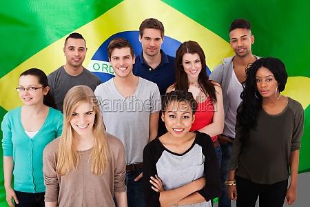 portret studentow stojacych w klasie