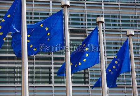 europejskie flagi z przodu budynku komisji
