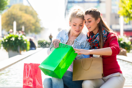 kobiety na zakupy z torby na