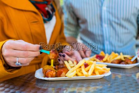 para, zjada, kiełbasę, curry, na, wynos - 13707502