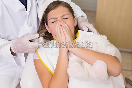 pediatric lekarz probuje zobaczyc kichanie pacjentom