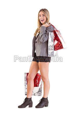 stylowa blondynka trzyma torby na zakupy