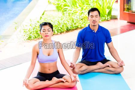 azjatycka para jogi w lotosie siedzenia