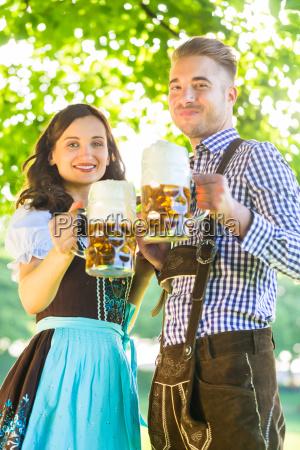 niemiecka para w stroju z piwem