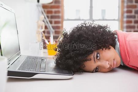 casual biznesmen odpoczynku glowe na biurku