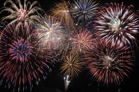 duze brilliant fajerwerki na niebie z
