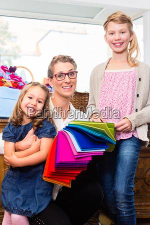 rodzina kupuje dostaw rzemiosla w hobby