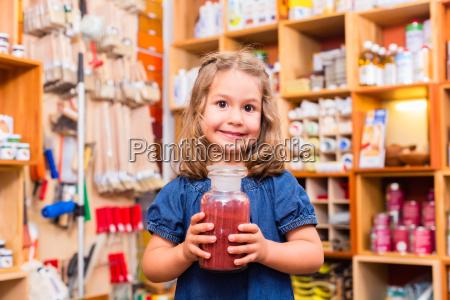 dziecko z kolorowych pigmentow w sklepie