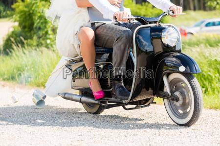 slub para jezdzi skuter w sukni