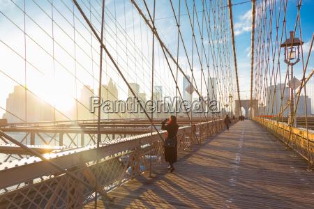 brooklyn bridge o zachodzie slonca new