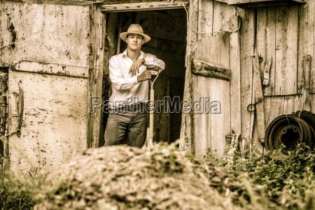 rolnik lopata obornika konia