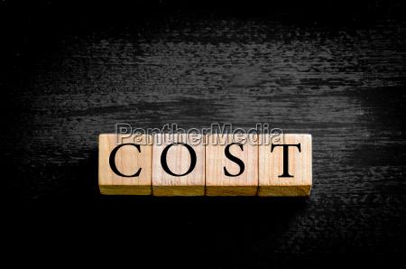 word cost izolowane na czarnym tle