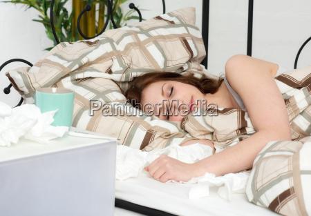 mloda kobieta lezy w lozku spi