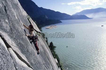 kobieta wspinaczka skalna z woda w