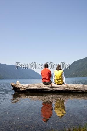 para w srednim wieku siedzi razem