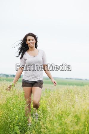 mloda kobieta spaceru beztroski przez wysokie