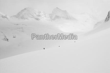 grupa backcountry narciarzy objechac gore doliny