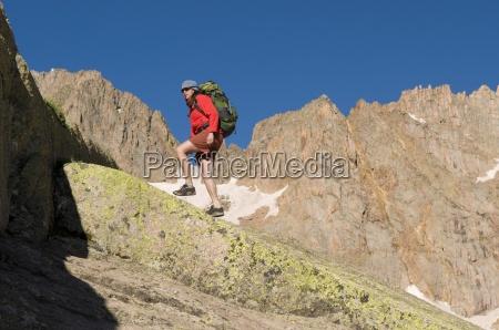 kobieta piesze wycieczki w poblizu upper