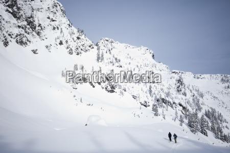 dwoch narciarzy w backcountry w pogodny
