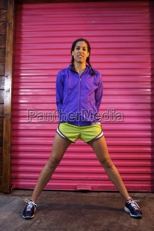 mlody lekkoatleta kobiet noszenie marynarki purpler