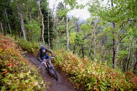 a gorskim rowerzysta jedzie przeszlosci kolory